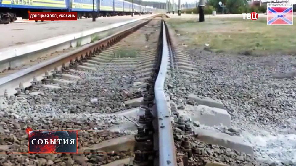 Последствия минометного обстрела железной дороги в Донецкой области