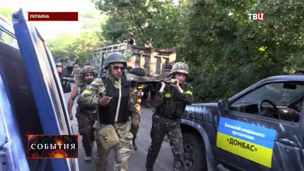 "Бойцы Украинского батальона ""Донбас"" выносят раненых"