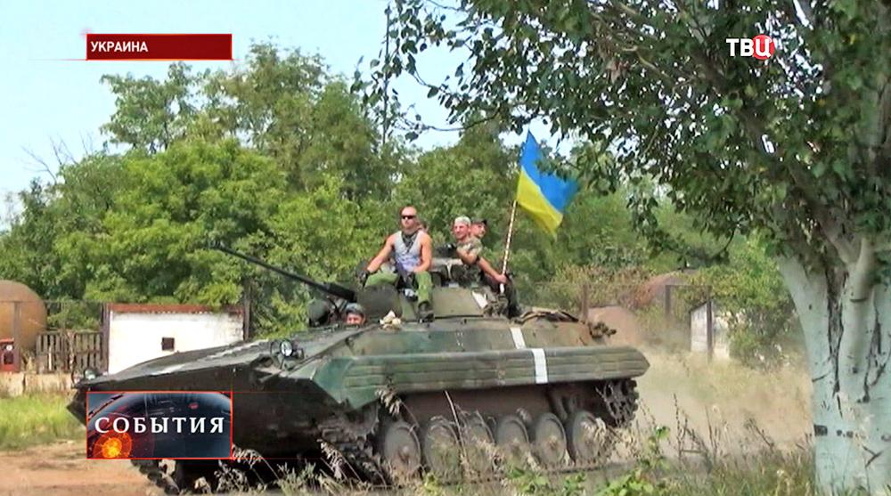 Украинские военные на бронетехнике