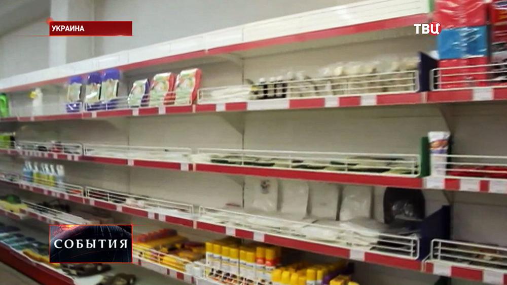 Пустые полки в магазине на востоке Украины