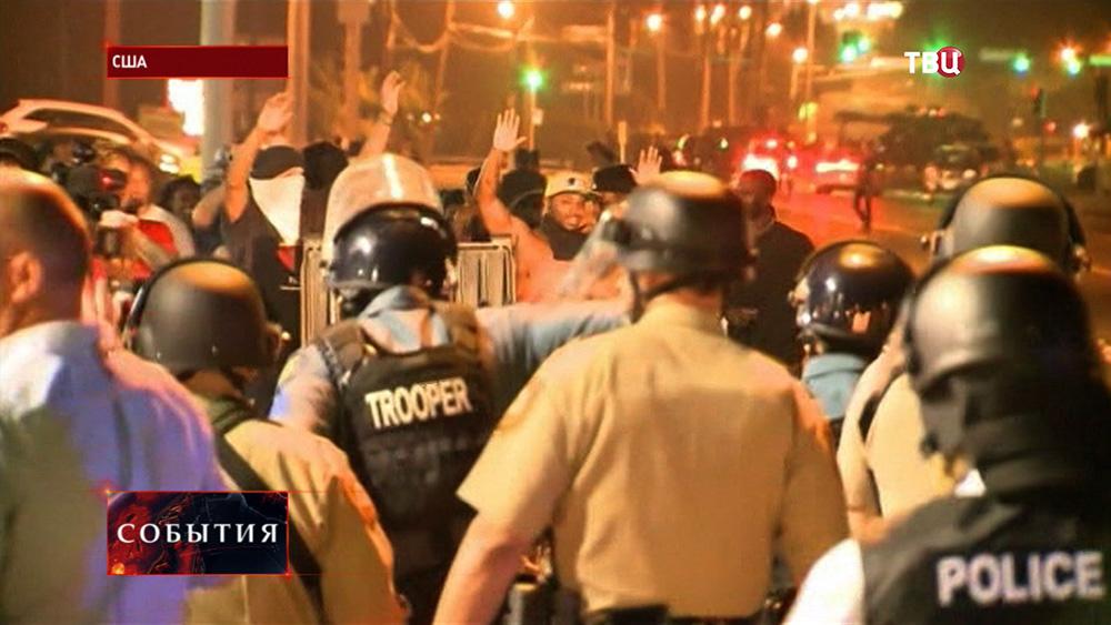 Полиция США разгоняет уличные беспорядки в Фергюсоне