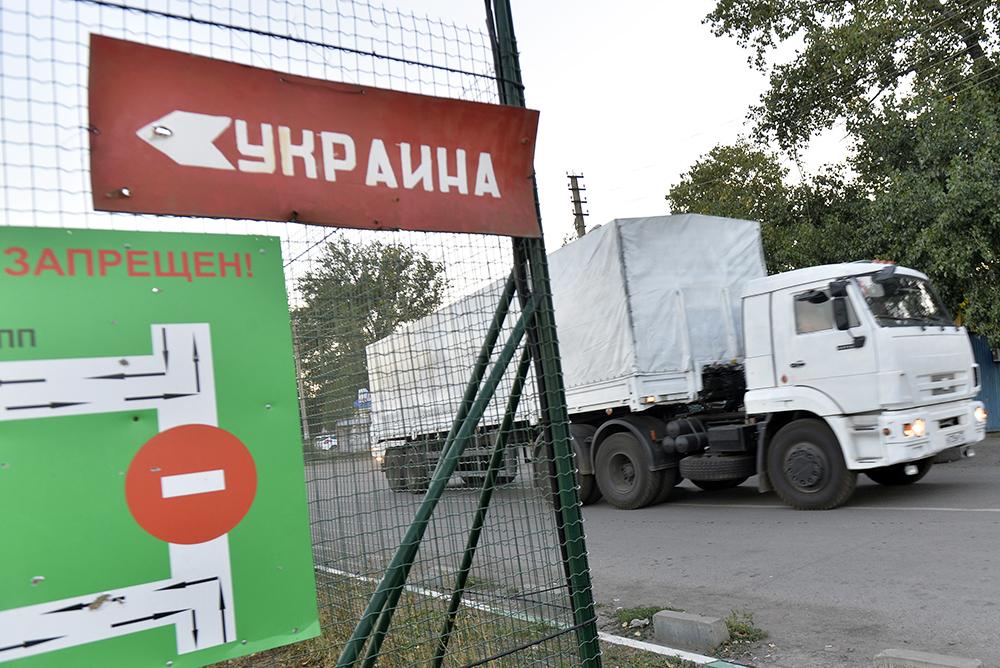 Автоколонна с гуманитарной помощью жителям юго-востока Украины на границе