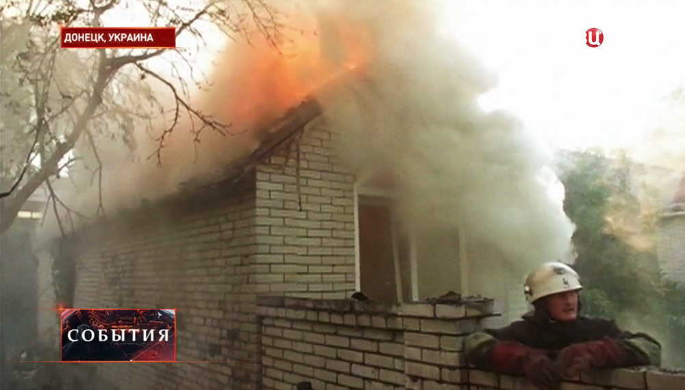 Пожарные Донецка тушат возгорание после обстрела жилых кварталов