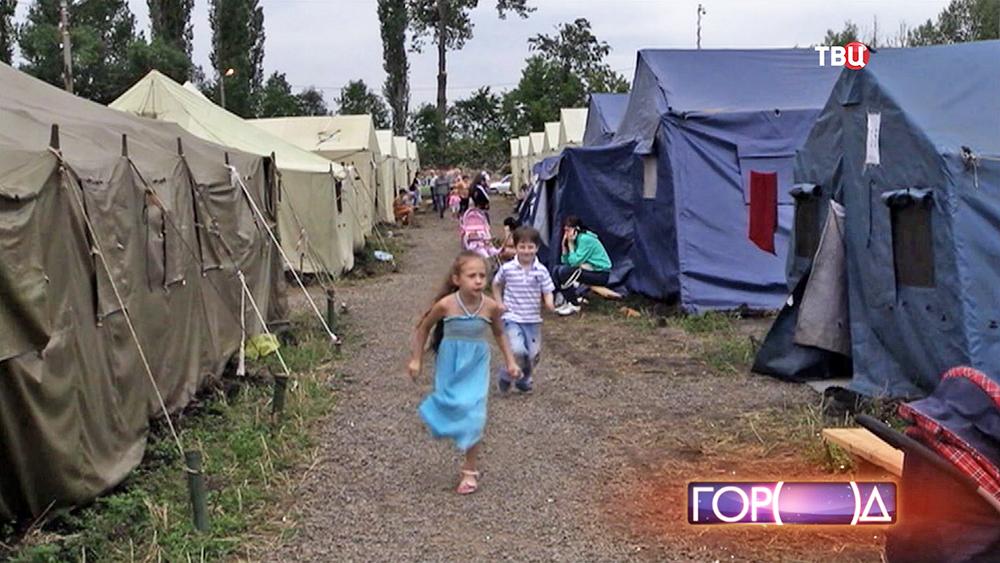 Детей-беженцев с Украины в палаточном лагере