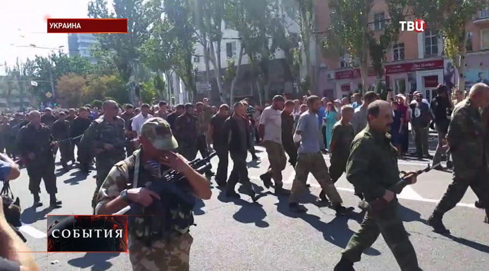 Пленных военнослужащих украинской армии провели по центру Донецка