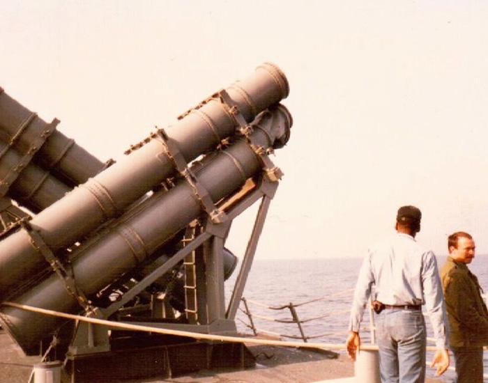 """Американцы оценивают ущерб, нанесённый сторожевым кораблем """"Беззаветный"""" крейсеру ВМС США """"Йорктаун"""""""