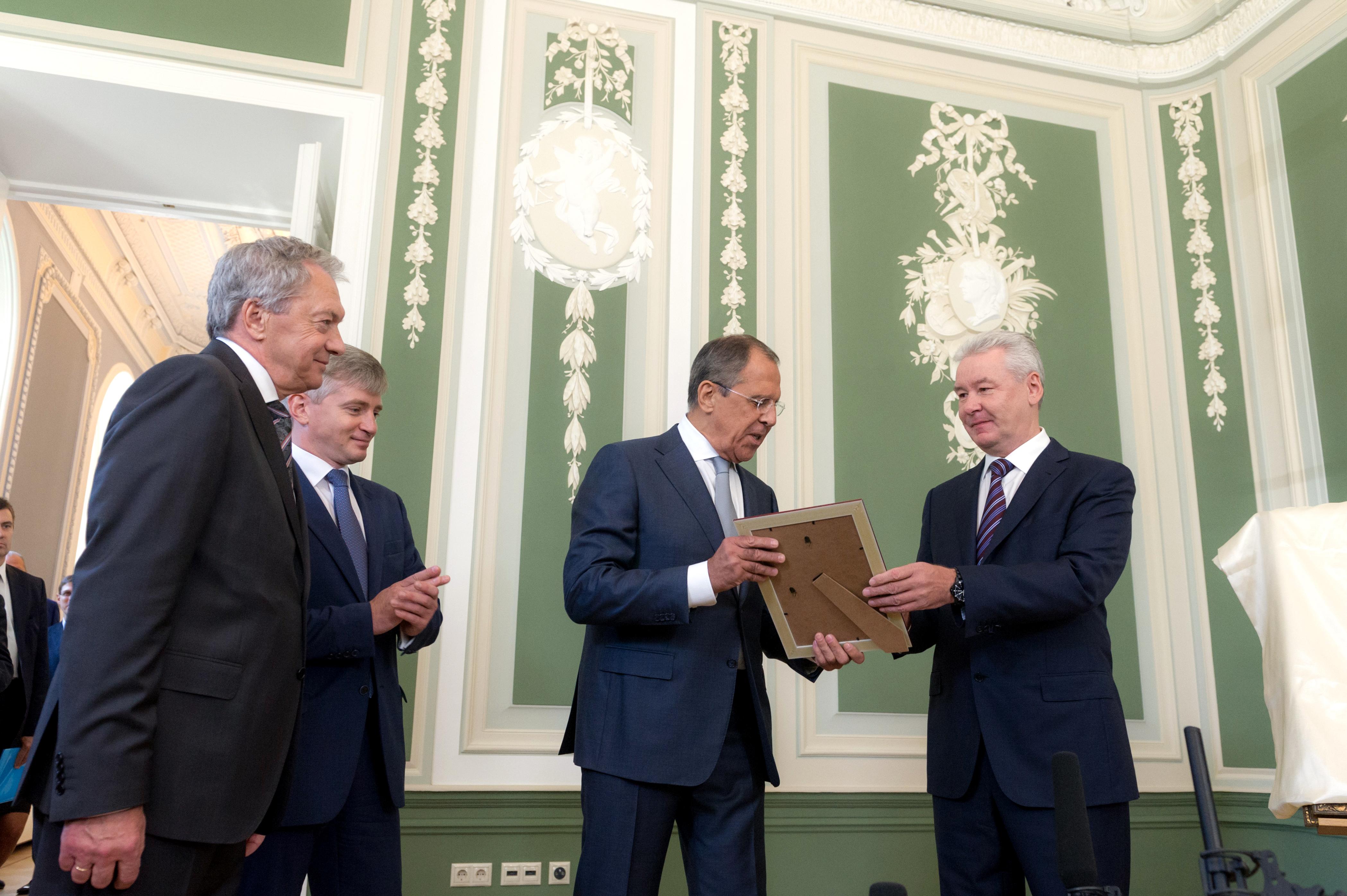 Сергей Лавров и Сергей Собянин во время посещения усадьбы Суворовых