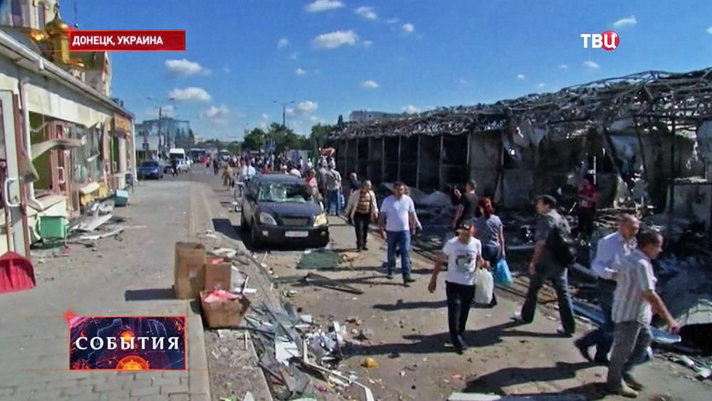 Жители Донецка на разрушенном рынке