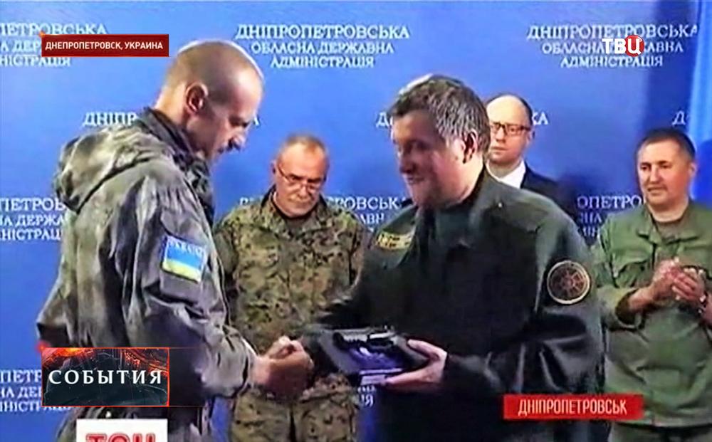 Министр МВД Украины Арсен Аваков награждает военных