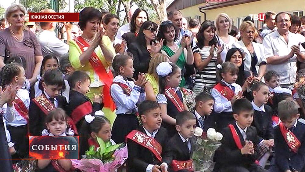 Школьники Южной Осетии на торжественной линейке, посвящённой 1 сентября
