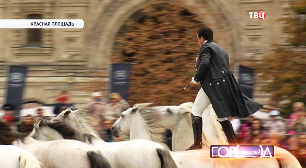 """Французский акробат Лоренцо выступает на фестивале """"Спасская башня"""""""