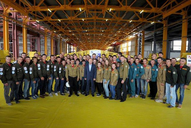 Президент России Владимир Путин с участниками студенческих строительных отрядов