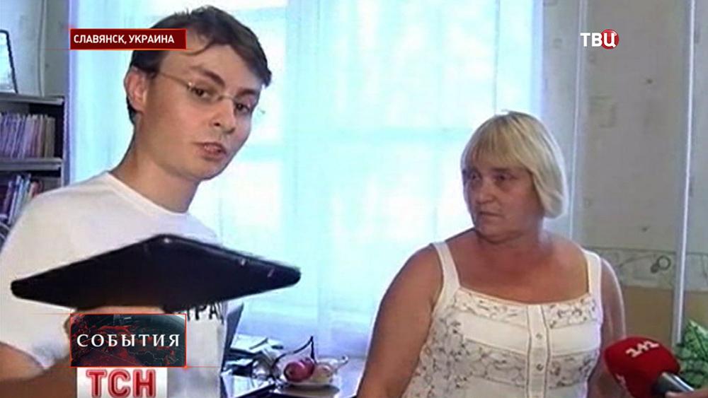 Радикальный активист допрашивает учителей в Славянске