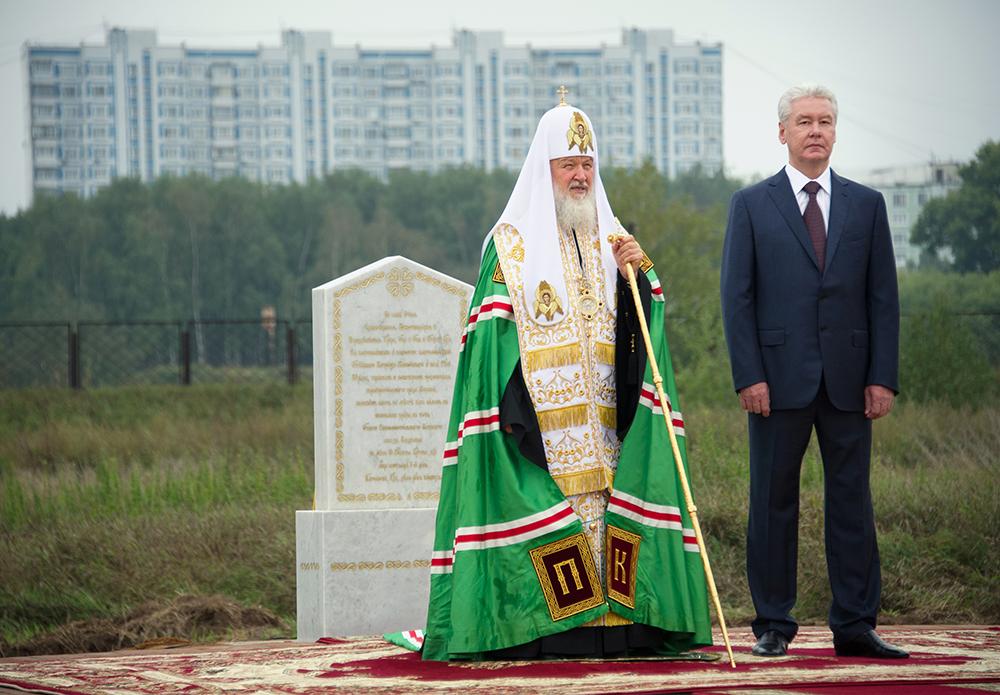 Патриарх Кирилл и Сергей Собянин на церемонии освящения закладного камня храма Святого Равноапостольного Князя Владимира в Тушине