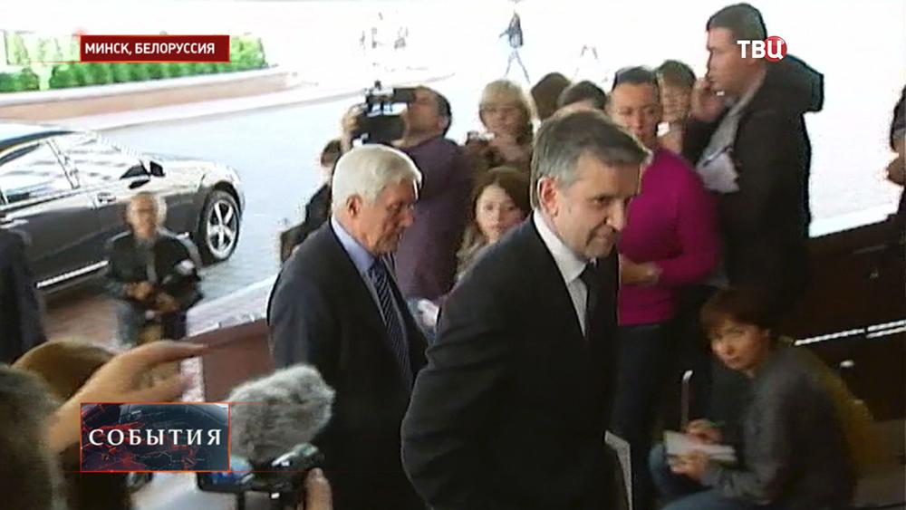 Посол РФ на Украине Михаил Зурабов перед началом заседания трехсторонней контактной группы по урегулированию ситуации на востоке Украины
