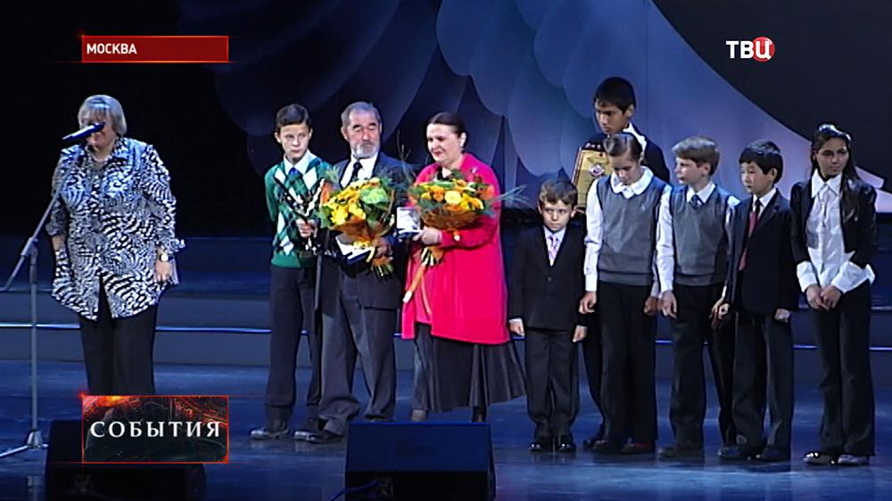 """Вручение премии """"Крылья аиста"""" многодетной семье"""