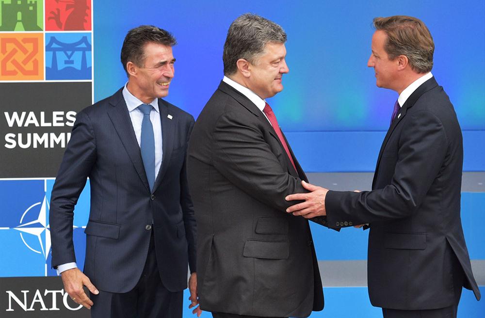 Генеральный секретарь НАТО Андерс Фог Расмуссен, президент Украины Петр Порошенко и премьер-министр Великобритании Дэвид Кэмерон