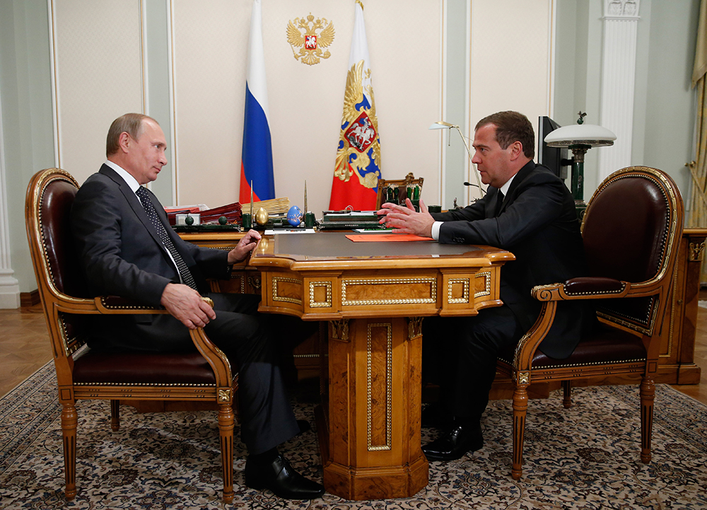 Президент России Владимир Путин и премьер-министр Дмитрий Медведев во время встречи