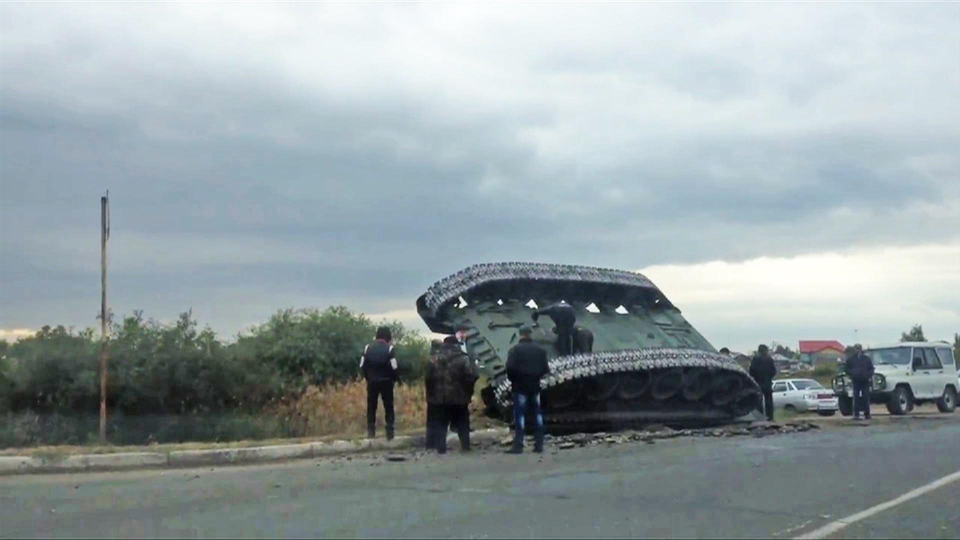 Перевернутый танк в Омске