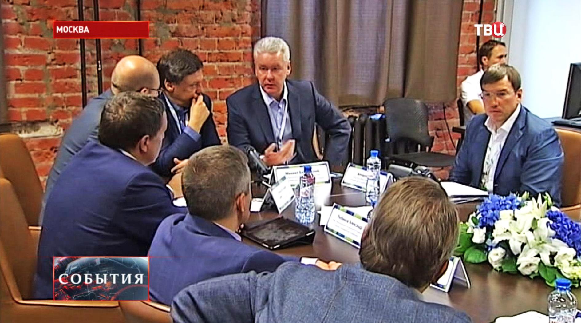Сергей Собянин во время посещения Общественного штаба