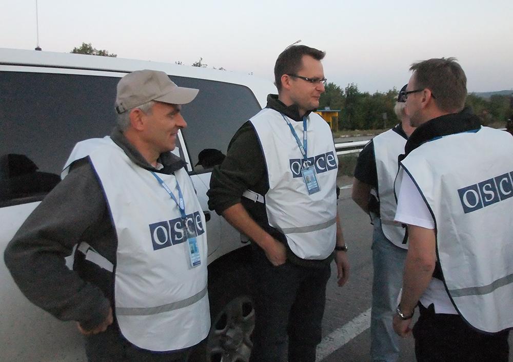 Наблюдатели ОБСЕ во время обмена пленными