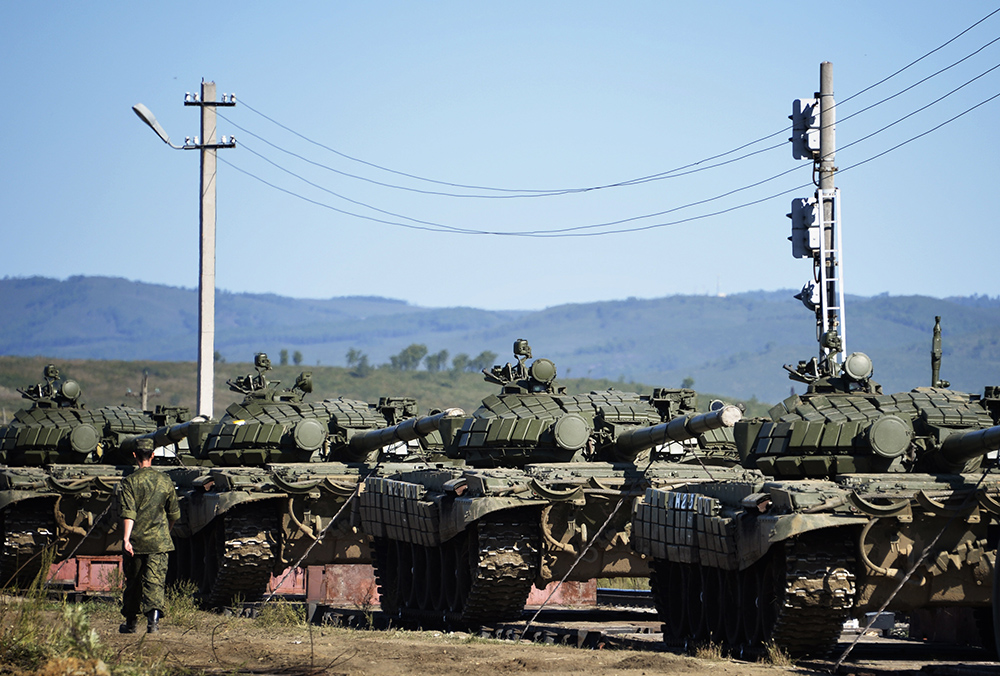 Погрузка военной техники на железнодорожную платформу