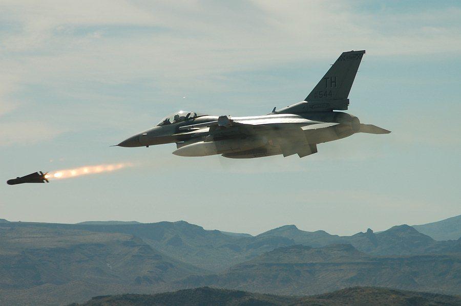Авиаудар ВВС США по позициям боевиков