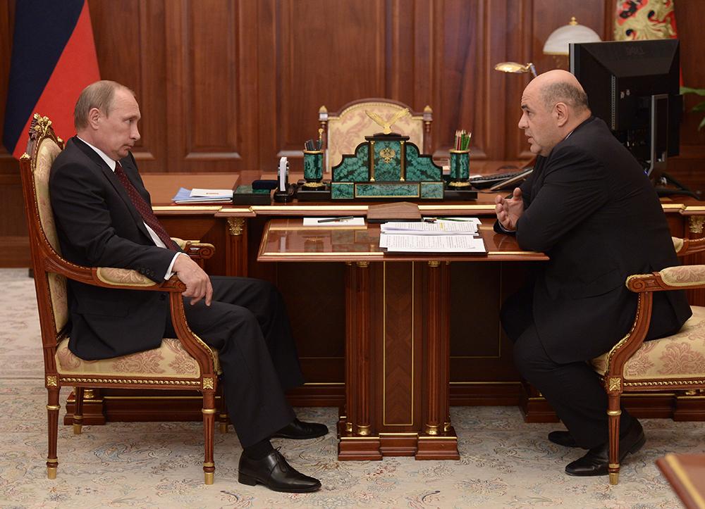 Владимир Путин и руководитель ФНС РФ Михаил Мишустин во время встречи