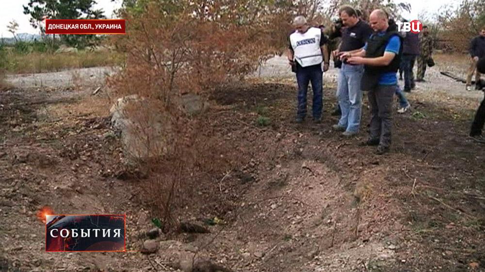 Международные наблюдатели ОБСЕ на месте массового захоронения украинских солдат в Донецкой области