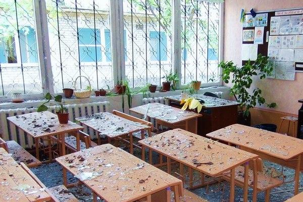 Школьный класс после обстрела на юго-востоке Украины