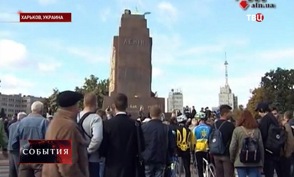 Жители Харькова месте снесенного памятника Ленину