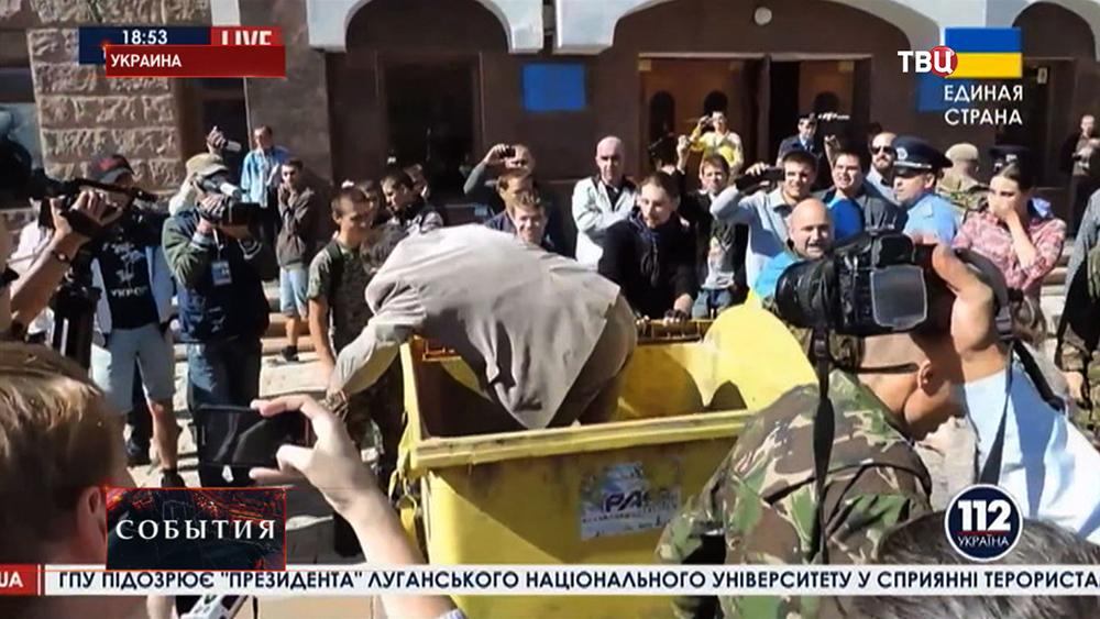 Радикалы бросили депутата в мусорный контейнер