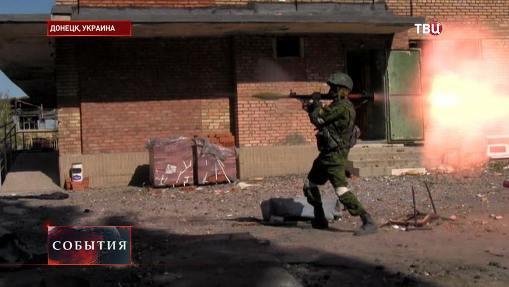 Бойцы народного ополчения Новороссии ведут бой
