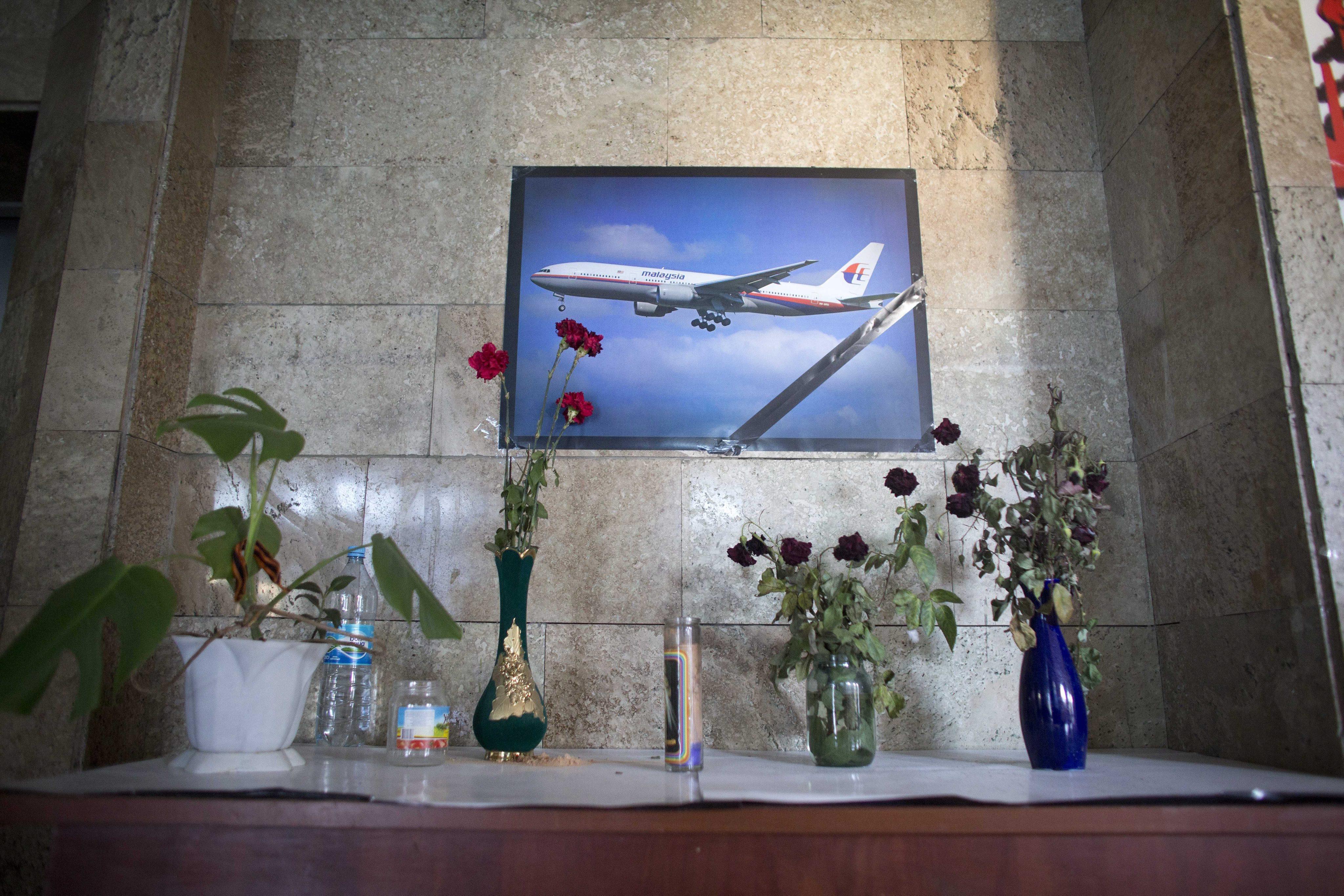 Люди несут цветы в память о погибших в авиакатастрофе в Донецке