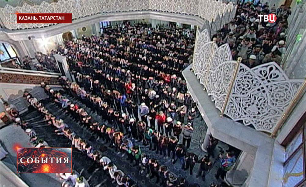 Мусульмане молятся в день праздника Курбан-байрам в Казани
