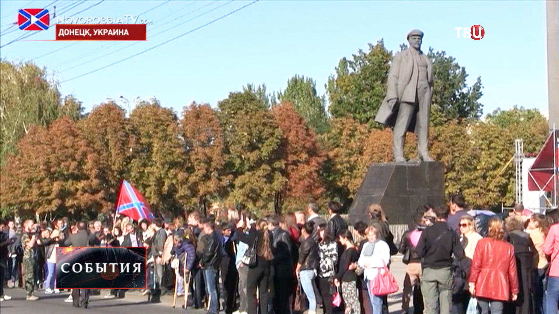 Запись в волонтеры на площади в Донецке