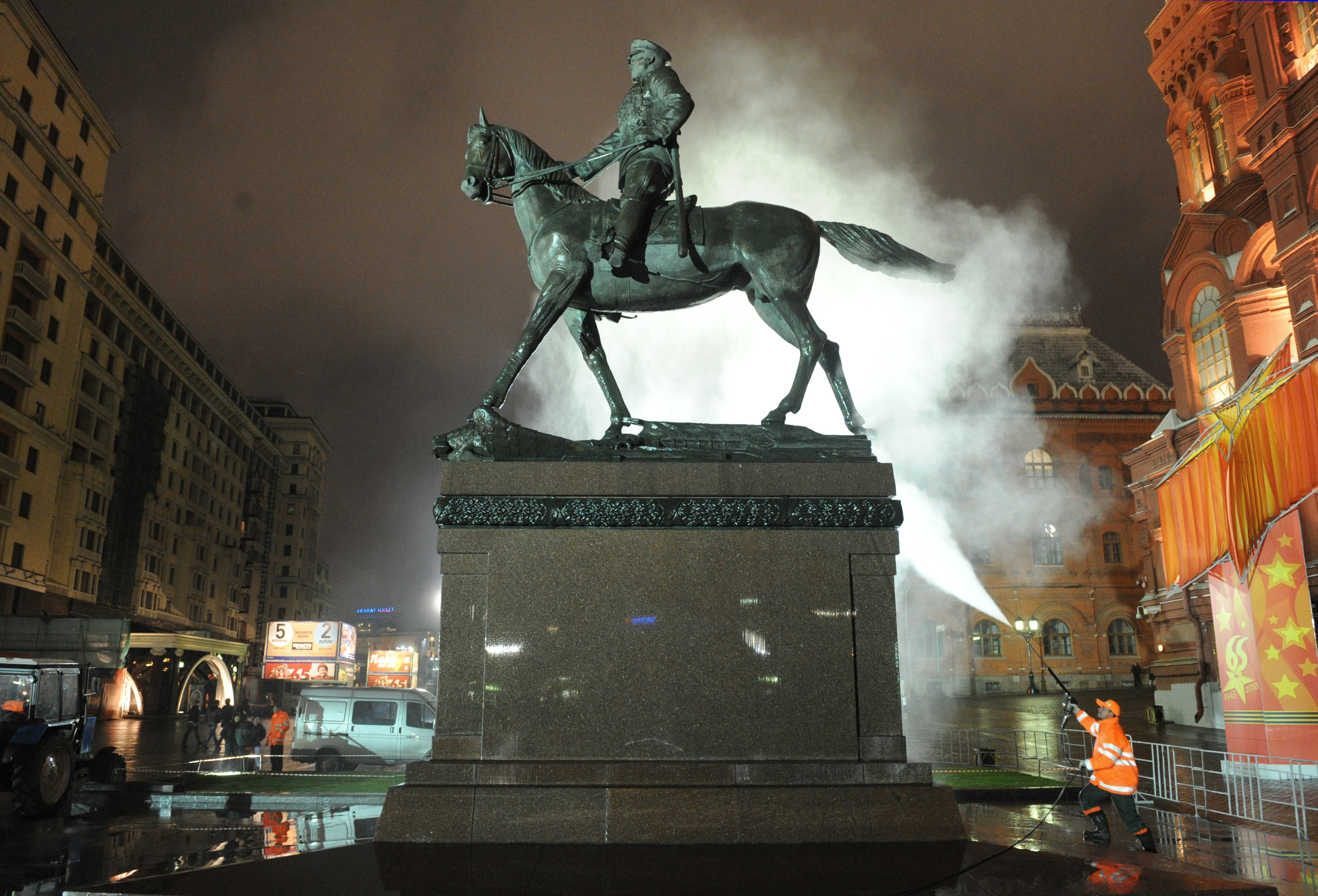 Памятник маршалу Жукову в Москве на Манежной площади