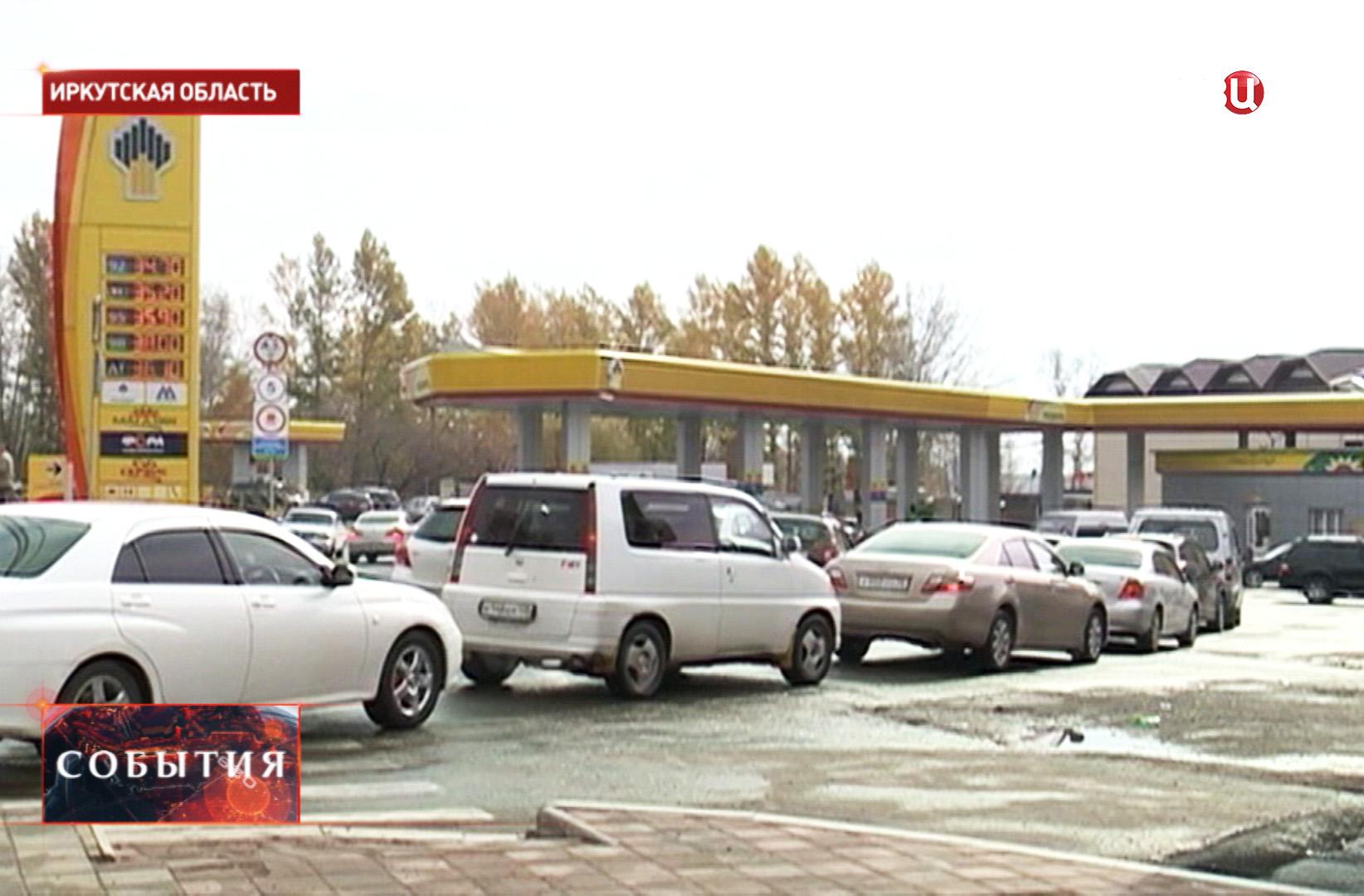 Очередь из автомобилей у бензозаправки в Иркутске