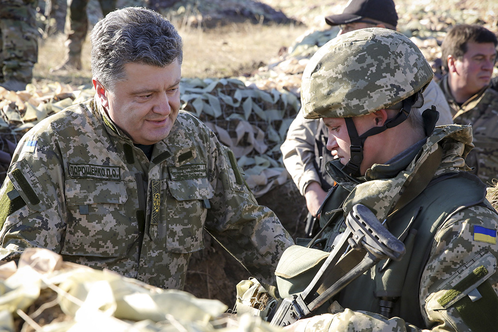Президент Украины Петр Порошенко общается с солдатом на территории фортификационного укрепления