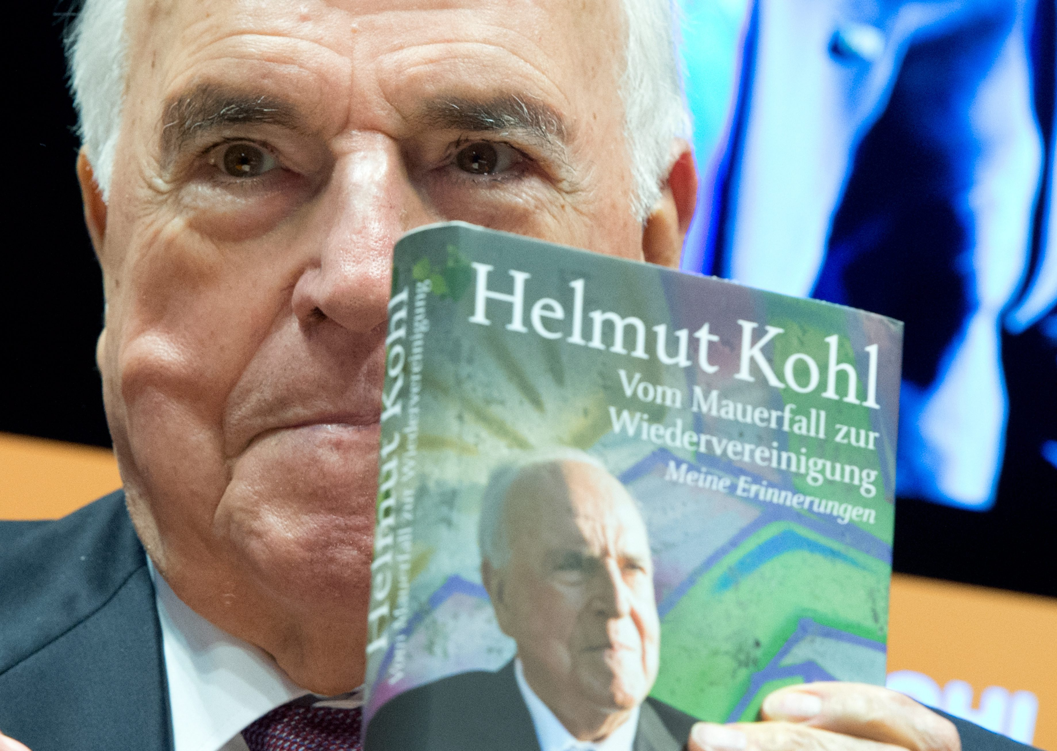 """Экс-канцлер Германии Гельмут Коль представил свою книгу """"От падения Берлинской стены до воссоединения"""" во Франкфурте"""
