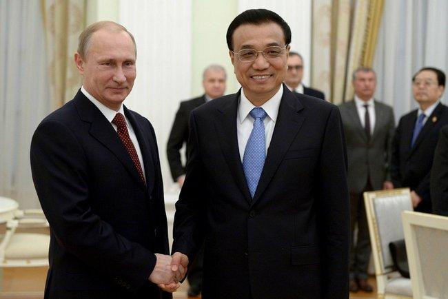 Президент РФ Владимир Путин и премьер Госсовета КНР Ли Кэцяном