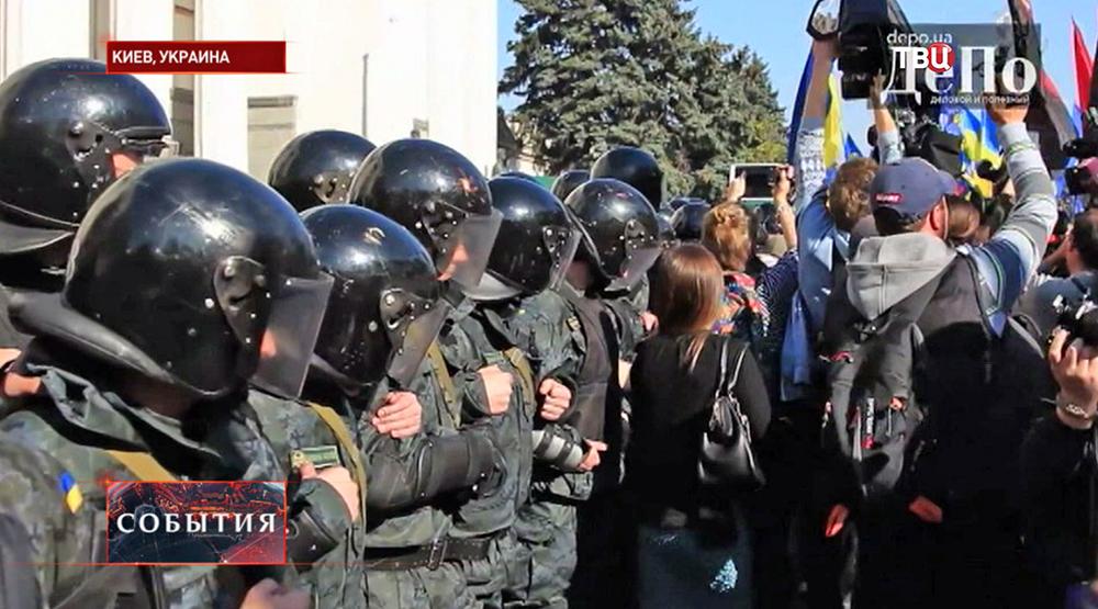 Милиция держит оцепление у здания Верховной Рады в Киеве