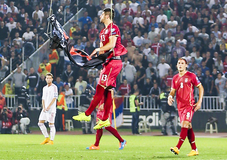 Сорванный флаг на матче Сербии и Албании