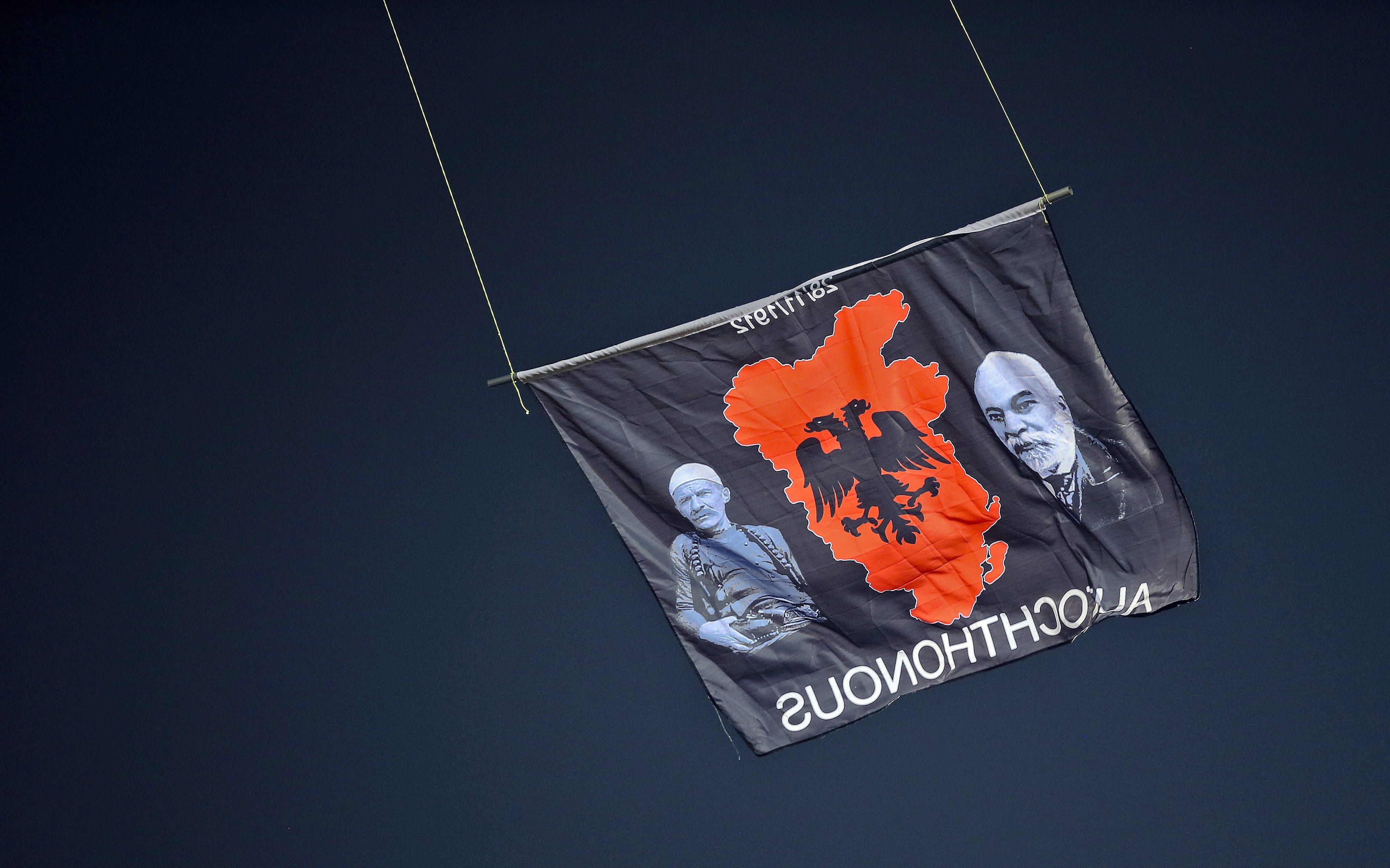 Флаг Великой Албании, спровоцировавший потасовку в матче Сербии и Албании