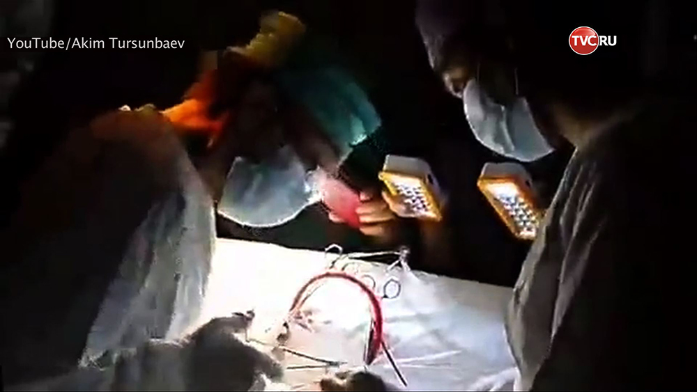 Киргизский хирург провел операцию на сердце при свете мобильных телефонов