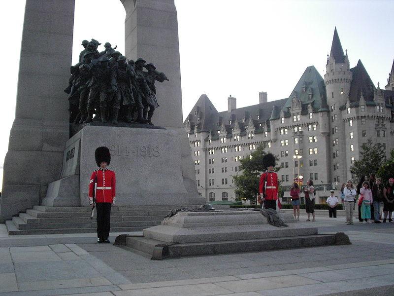 Оттава. Почетный караул у мемориала погибшим в Первой мировой войне канадцам