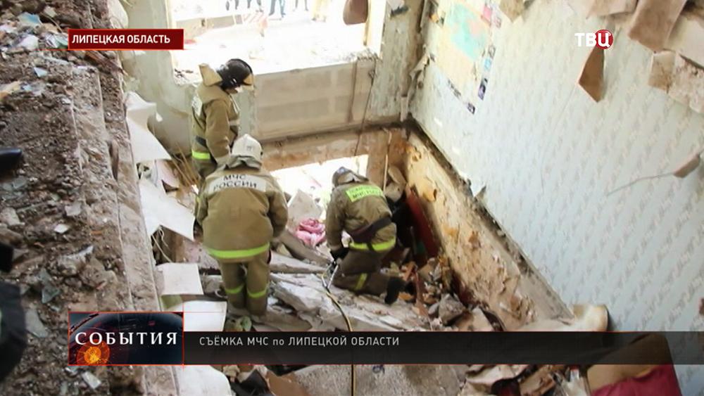 Спасатели МЧС на месте взрыва газа в доме в Липецкой области