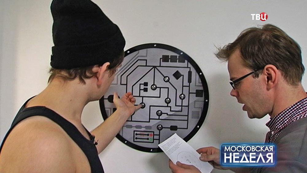 Участники игры в квест разгадывают головоломку