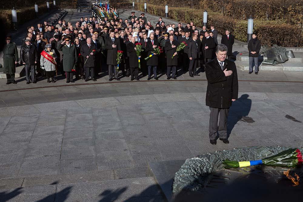 Петр Порошенко во время возложения цветов к памятнику Неизвестному солдату в парке Славы в честь 70-летия освобождения Украины от фашистских захватчиков