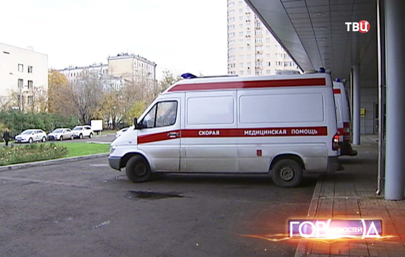 Автомобили скорой помощи около приемного отделения больницы